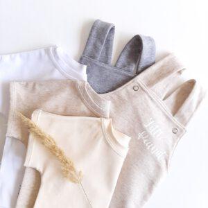Shirts und Latzhosen