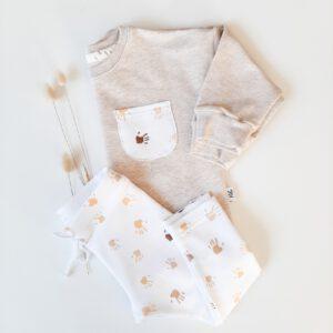 Sweater mit Kinderhänden